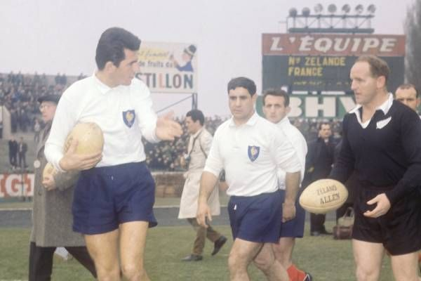 France-All Blacks 1964 Le capitaine Jean Fabre fait les honneurs de Colombes à son homologue, Wilson Whineray. (L'Equipe)