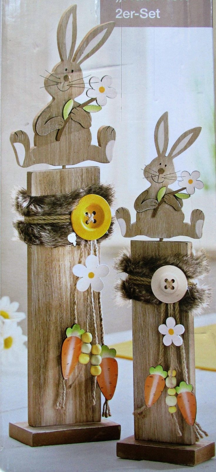 2 x Dekosäulen mit Hase mit Blume NEU Häschen für Ostern 48 + 36 cm gross – EUR 17,99. 2 Dekosäulen für Ostern, NEU Wunderschöne Deko für die Frühlings- und Osterzeit. * niedlich gestaltet mit je einem Häschen, Blumen und Karotten aus Holz* verziert mit tollen Details, wie Knöpfe, Kunstfell (aus 100% Polyester), Schnüren (aus 100% Jute)….* in 2 verschiedenen Grössen, 48 und 36 cm hoch * Maße: ca. 48 x 12 x 6 cm und ca. 36 x 9,5 x 5 cm * Material:Holz, Polyester und Jute Viel Spass beim Biet…