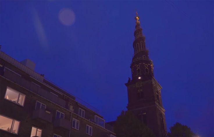 10月20日夜7時、デンマークの首都コペンハーゲンに教会の鐘が鳴り響いた。しかしその鐘の音はいつもと違い、どこかで聞いたようなメロディだった。