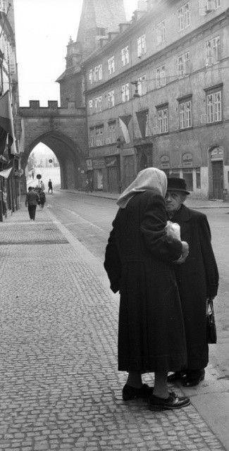 V Mostecké ulici... (1285), Praha, září 1961 • |black and white photograph, Prague|
