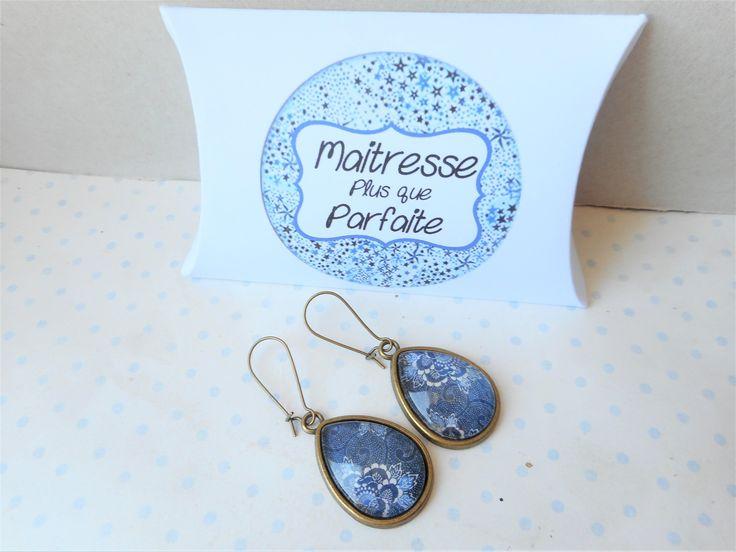 """Boucles d'oreille goutte cabochon verre """"flower and swirl"""" + boite cadeau """"maitresse plus que parfaite"""" bleu : Boucles d'oreille par miss-coopecoll"""