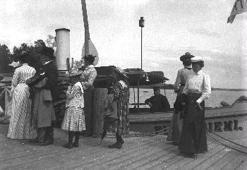 Ihmisiä nousemassa Pitkäniemi-laivasta alarannan laiturille. Kuva 1900-luvun alusta.