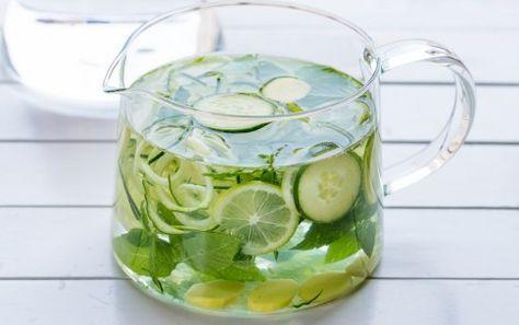 Acqua aromatizzata al limone, zenzero, cetriolo e menta