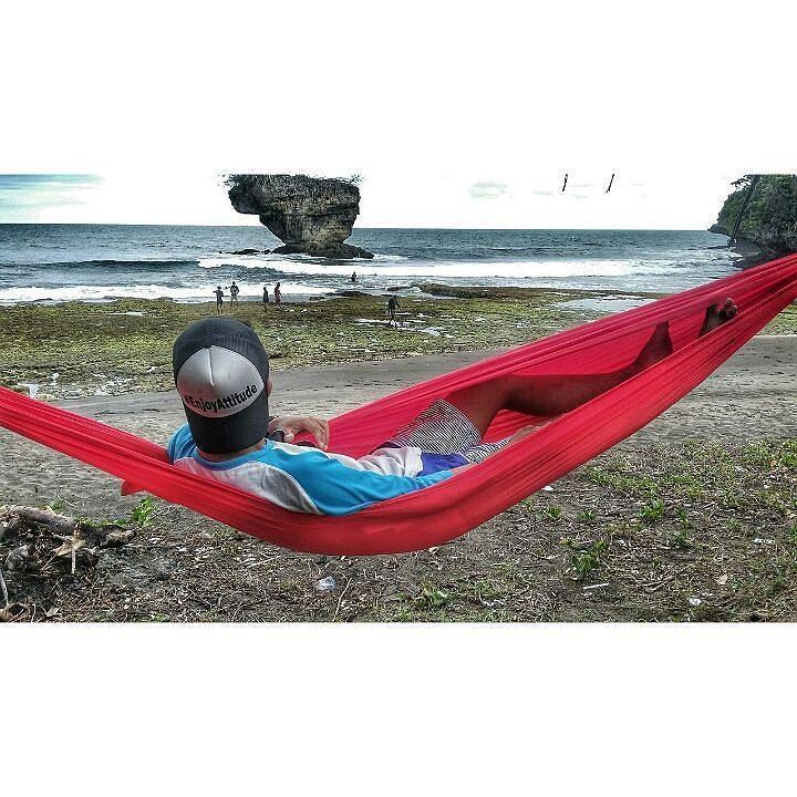 Photo by @gilanggumilarramadhan. . Bahagiaku cukup sederhana tak terhingga sekali harta dan tahta  terimakasih  sang pencipta terimakasih semesta  . . . #hammockanseru #EnjoyAttitude #hammock  #hammocklife #beach #pantai #piknik #instanusantara #indonesiaindah #natural #madasari #pangandaran #senja by @hammockanseru