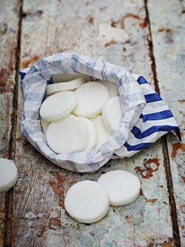 Конфеты из сахара  Конфеты из сахара так просто приготовить! В каникулы на Новый год в качестве десерта мятные помадные конфеты будут хороши к чаю!  Рецепт подходит для вегетарианцев, также он без молочных продуктов, без глютена!