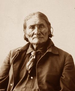 """Géronimo - (1829 - 1908) Grands chef des tribus apaches, Géronimo s'appelait à l'origine Goyalthlay, """"celui qui baille"""". Après le massacre de sa famille par les troupes Mexicaines, il s'opposa aux blancs qui commençaient à parquer son peuple dans les réserves pour lui prendre ses terres."""