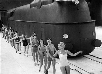 Berlin 1938 Jubilaeumsfestspiel der Reichsbahn in der Deutschlandhalle zum 100-jaehrigen Bestehender Eisenbahn Berlin-Potsdam.Eine Schnellzug lokomotive rast in der Halle an Badegaesten vorbei