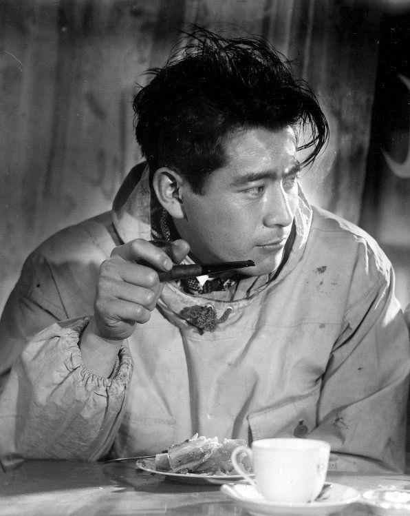 Toshirō Mifune, né le 1er avril 1920  et mort le 24 décembre 1997 , est un acteur  japonais.