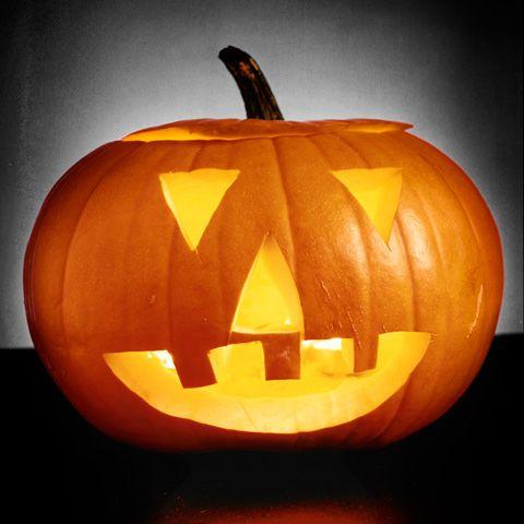 Med några enkla knep är det inte så krångligt att skära ut en egen halloweenpumpa. Följ vår steg-för-steg-beskrivning!