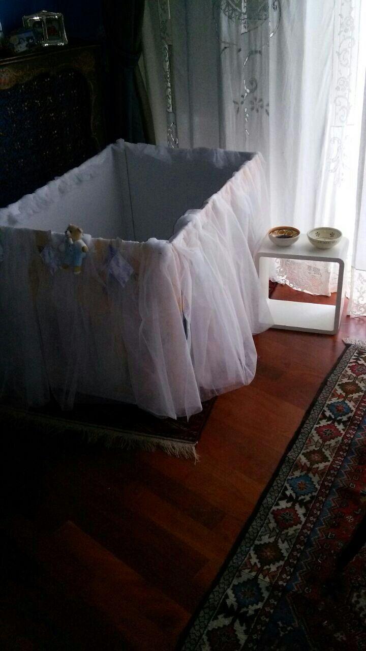 La culla per i miei cuccioli...materiale: scatolone di cartone...lenzuolini di carta arricciati e spillati ai bordi.,