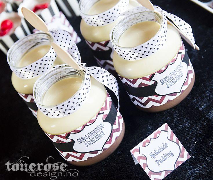 Fireman party =) Sjokoladepudding og vaniljesaus i tomme syltetøyglass (sjokoladepålegg) - dekorert med etiketter til brannmann bursdag