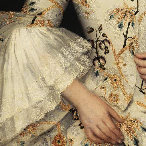 Dettagli 2. Ivan Vishnyakov: Ritratto di Stefania Yakovleva. Olio su tela, del 1756. Museo dell'Ermitage, San Pietroburgo. Una dimostrazione di quanto amassero gli abiti fantasia, nel '700, è dato da questo tessuto a fiorami, dal disegno molto particolare e ricamato in oro. La giacchina, aderente e dall'abbottonatura nascosta, termina con due grandi volant arricciati, dai profili in pizzo.