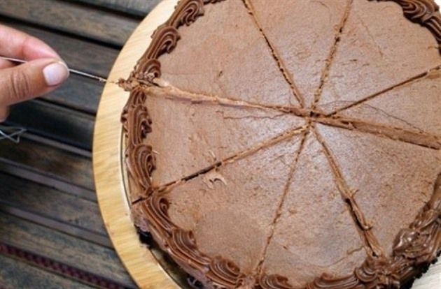 Jak nakrájet měkký dort aby se nerozpadl a nepřilepil na nůž? Stačí kus zubní nitě a máte jeden kousek jako druhý.