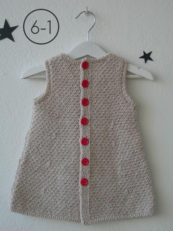 Vestido para bebe hecho a punto fantasía en mezcla de 2 colores con aplicación corazón en punto bobo. Espalda abotonada. Disponible en color camel, gris perla o visón. http://www.libelulahandmade.com/