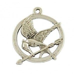 Ce pendentif est une breloque en métal argenté représentant le Geai moqueur de #HungerGames. Cette breloque pendentif en métal est une imitation du célèbre Geai moqueur de Kathleen et est vendue à l'unité. Dimensions : 2,9 x 2,5 cm.