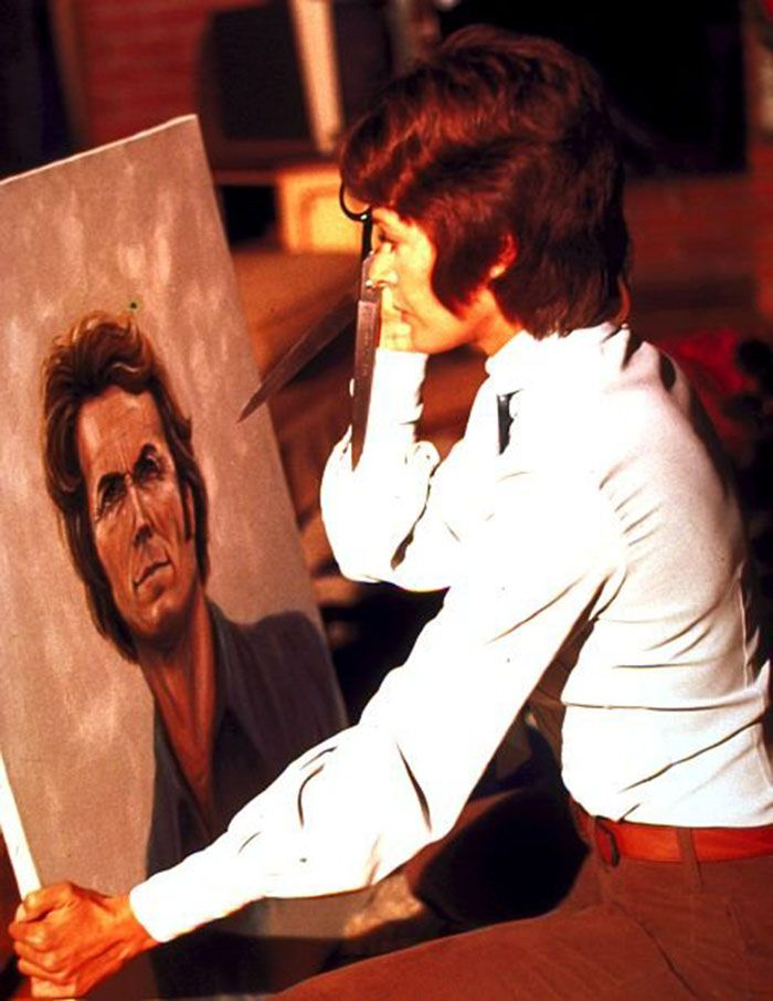 "Jessica Walter frente a un retrato de Clint Eastwood en ""Escalofrío en la noche"" (Play Misty for me), 1971"