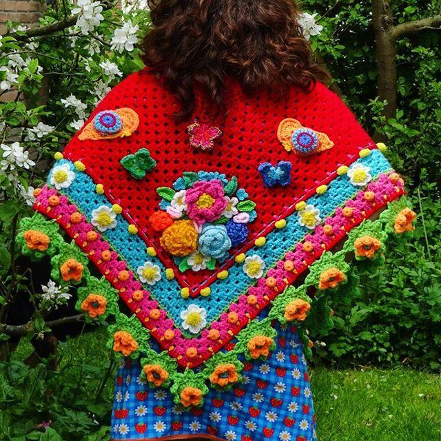 Klaaaar!!! Zo blij als je na een maand haken  iets klaar hebt!! Het basis patroon van de poncho is van de @simplycrochetmag maarja ik hou me meestal niet echt aan patroon en laat lekker mijn eigen gevoel de gang gaan!  Ready!!!! So happy with the result!!! The basic of the pattern is from a poncho of the @simplycrochetmag but I make it more my own like I always do! Love it to do freestyle crochet!#craftastherapy_colortherapy