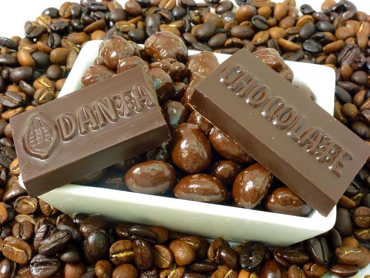 Granos de café cubiertos de chocolate oscuro. Q35 la bolsa con 100 gramos.