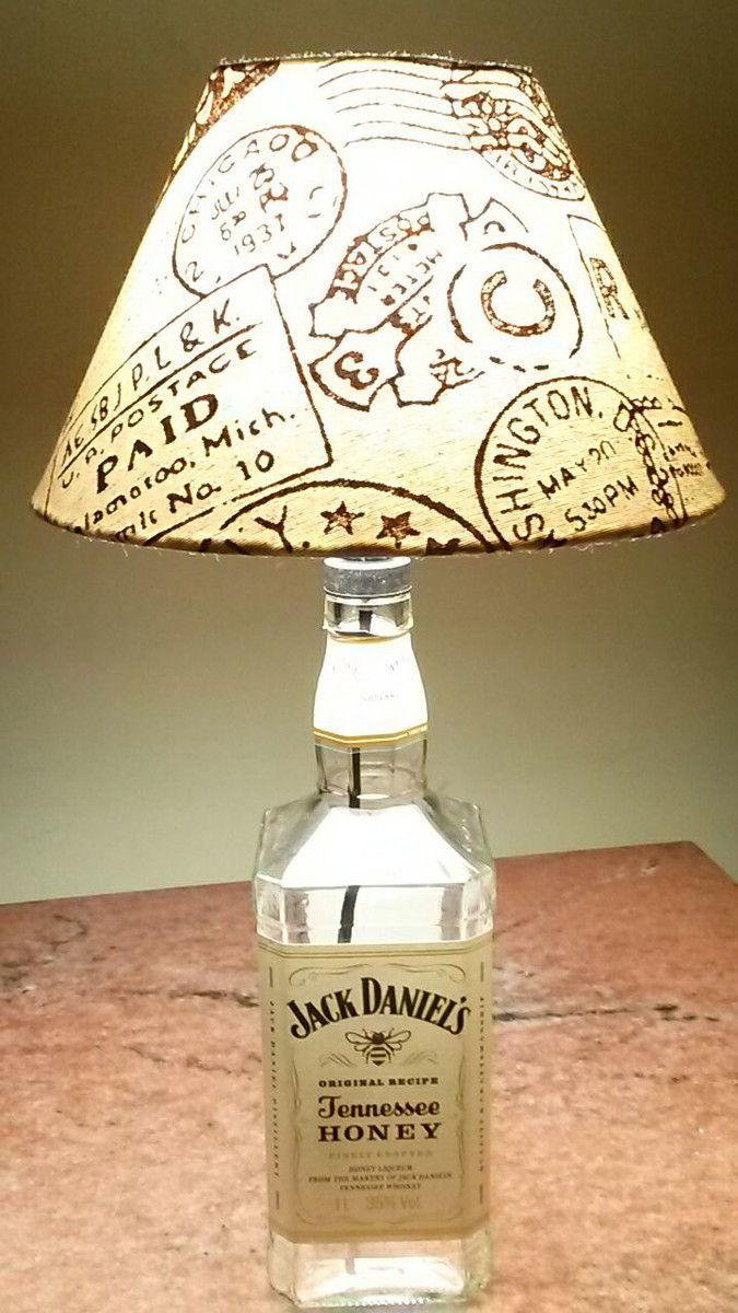 """Abajur cuja base é uma garrafa de whisky """"JACK DANIELS HONEY"""" Exclusividade de CARLLOS CRIAÇÕES. Segue com a cúpula exclusiva, a parte elétrica completa, testada, pronto para ser utilizado (segue sem a lâmpada). Despachamos para todo o Brasil."""