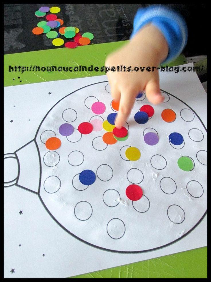 - Pour le cahier de vie , collage de gommettes dans la boule de Noel ( loulou 18 mois ) - Pour imprimer la boule de Noel en gommette c'est ici : https://mon-partage.fr/f/v9CQnQh2/ A bientôt.....