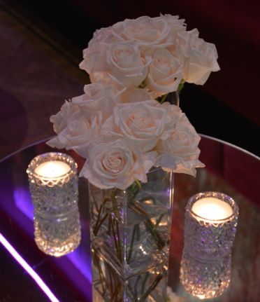 Centros de mesa con rosas blancas y velas en vasos cristal - Cristal de espejo ...