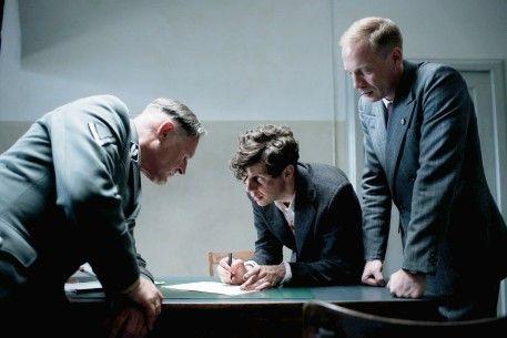 Georg Elser (Christian Friedel, M.) erklärt Nebe (Burghart Klaußner, l.) und Müller (Johann von Bülow, r.), wie er die Bombe gebaut hat - Copyright Lucky Bird Pictures | Berlinale | Programm | Programm - Elser | 13 Minutes