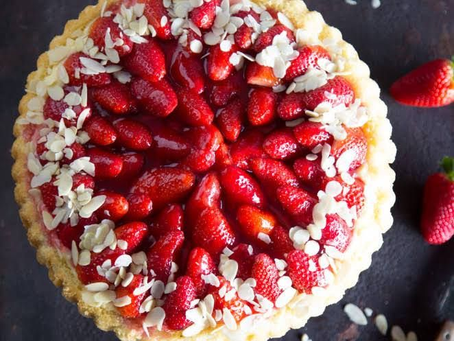 Cremig gebettet: Erdbeerkuchen mit Vanillepudding
