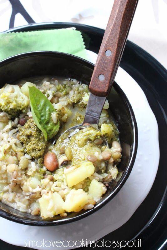Zuppa di riso e legumi con broccoli, patate e pesto