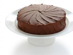 Torta selva negra típica torta alemana que se caracteriza por su intenso color oscuro y su relleno de frutos rojos.