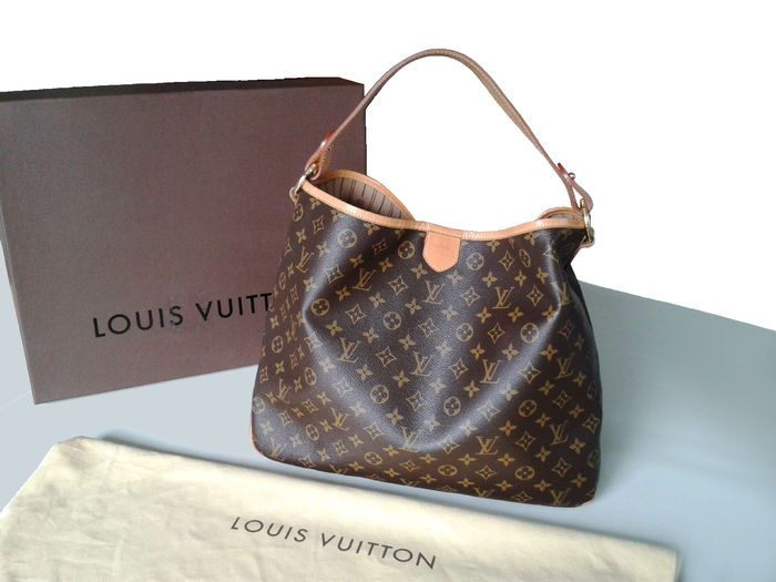 Louis Vuitton - prachtige MM monogram tas  Louis Vuitton Delightful MM bag like new only used three times and always kept in its case (see photos). Code: FL1101 (see photos) Monogram fabric cotton lining natural cowhide handle and details. Lobster clasp. Has an internal document pocket with zip and a D ring for a keychain or clutch Vintage interior inspired by the first Louis Vuitton bags. The Louis Vuitton logo is stamped on the handle and on all of the brass details. Worn on the shoulder…