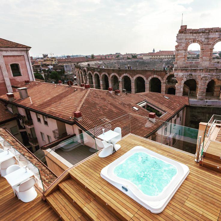 Spa Jacuzzi® Profile encastré dans une terrasse en bois. Hotel Milano & Spa, Verone, Italie