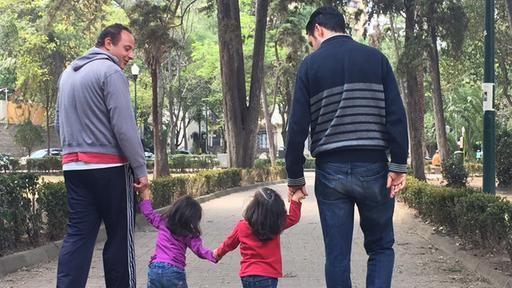 """Widersprüchliches Mexiko: Einerseits dürfen schwule und lesbische Paare heiraten und Kinder adoptieren. Auf der anderen Seite bieten evangelikale Einrichtungen """"Therapien"""" gegen Homosexualität an. Gewalt gegen Homosexuelle ist an der Tagesordnung.  Von Anne-Katrin Mellmann. #news"""