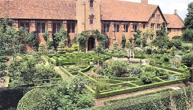 hatfield gardens | The restored Tudor knot garden at Hatfield House