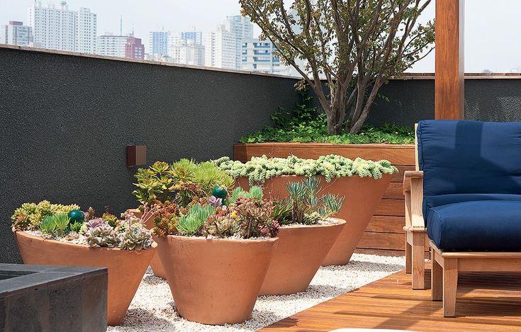 Aproveitando o sol que bate em cheio na cobertura, o paisagista Gilberto Elkis instalou no terrão grandes bacias de barro para servirem como vasos das suculentas. São plantas resistentes e que florescem bem