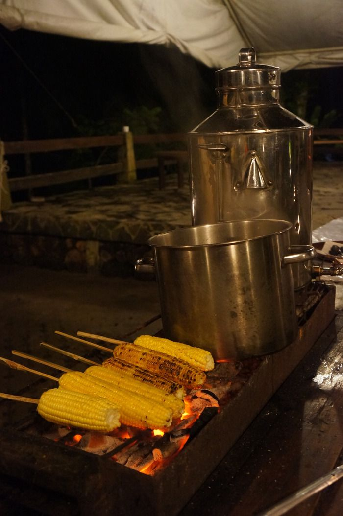 Late-night snacks: Grilled corn and traditional bandrek drink from palm sugar and ginger are served after dinner to accompany the guest while enjoying music and campfire together. (Photo by Icha Rahmanti)