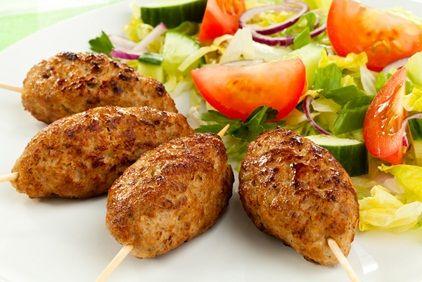 Minikebaby na ostro. Składniki: 1 cebula, 3 łyżki oleju, 4 ząbki czosnku, 1 łyżka mąki, pół kg mielonego mięsa wołowo-wieprzowego, 1 jajko, sól, pieprz, majeranek, ostra papryka, sos musztardowo-paprykowy. Wykonanie: Cebulę pokroić i podsmaży. Pod koniec dodać posikany czosnek, make i smażyć jeszcze przez chwilę. Całość dodać do mięsa, wbić jajko, przyprawić, wyrobić. Podzielić na 6 części. uformować kotleciki i nadziać na patyczki. Smażyć na oleju 20 min., obracając. Podać z sosem.