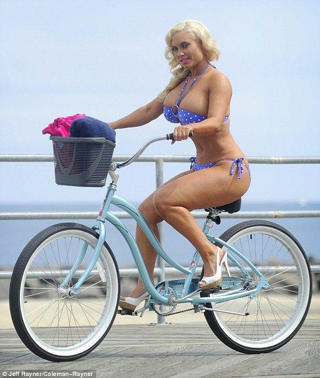 Coco Austin dando 1 agradable paseo en bici por Asbury Park, New Jersey
