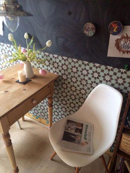 Kacheln anstelle von Täfer: In Kombination mit einer passenden Wandfarbe entsteht ein behaglicher Raum.
