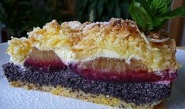 Křehký koláč s mákem, tvarohem a švestkami