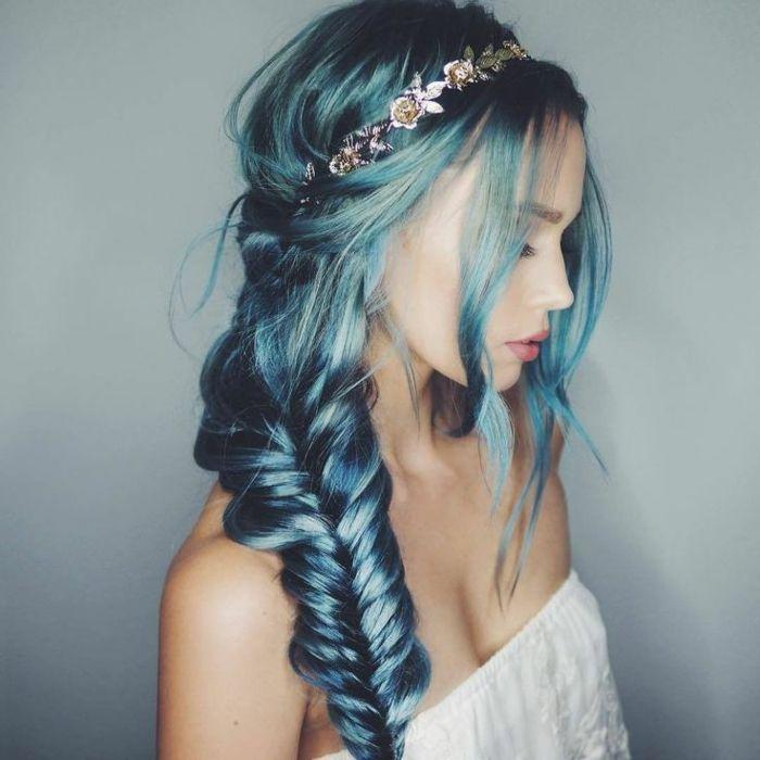 Blaue Haarfarbe, tolle Frisur  Zopf, silberner Haarschmuck, Porzellanteint, matte Lippen, weißer Top
