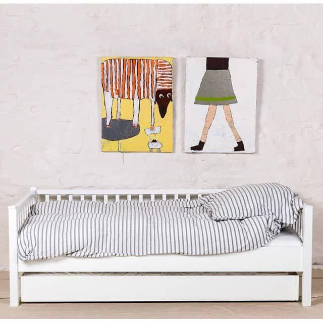 Dieses Jump-Up-Bett von isle of dogs ist ein vollwertiges und stabiles Gästebett aus massivem Buchenholz. Es passt genau unter das Juniorbett von Isle of dogs und zwar so weit zurückversetzt, dass man mit den Füßen nicht davor stößt. Für den Aufbau wird es unter dem Bett hervor gerollt, die Holzbeine werden am Kopf- und Fußende ausgeklappt und mit einer Spange arretiert. Das Bett befindet sich dann auf der gleichen Höhe wie das Juniorbett. So können es sich Ihre Kinder mit dem…