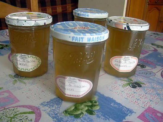 La meilleure recette de GELEE DE MENTHE! L'essayer, c'est l'adopter! 5.0/5 (1 vote), 4 Commentaires. Ingrédients: Une botte de menthe comprenant une bonne centaine de feuilles, 1 kg de sucre gélifiant, 1 sachet de vit' pris  Faites infuser les feuilles de menthe dans 1,2 L d'eau bouillante pendant 30 minutes  Filtrez et récupérez 1L de jus.  Versez le jus, le sucre et le vit' pris dans une bassine à confiture et portez a ébullition. A partir de ce moment, comptez le temps de cuisson : 10…