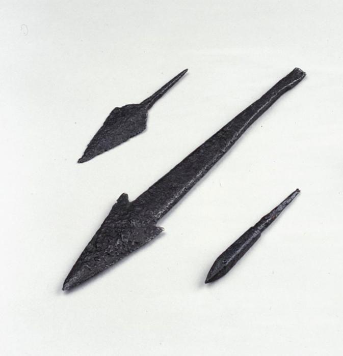наконечники стрел и копья.