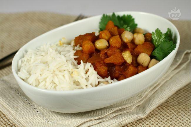 Il curry vegetariano con zucca e ceci è un piatto unico molto ricco e nutrizionalmente completo.