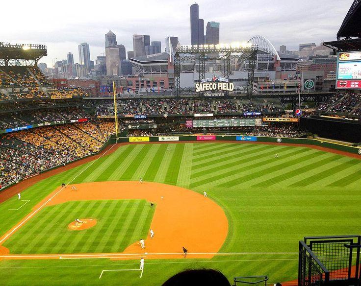 Si vous allez à Seattle au printemps pensez à aller voir jouer les @mariners équipe de baseball professionnelle. Vous pourrez avoir La chance d'avoir cette magnifique vue!   If you go to Seattle during spring time go watch a Mariners game MLB team. If you're lucky you'll be able to have that amazing view!