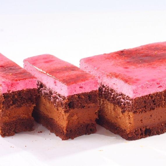 Torcik malinowy Malina w każdej postaci ma intensywny aromat, piękną barwę i orzeźwiający smak. Torcik malinowy to połączenie musu z malin z czekoladą i biszkoptem czekoladowym oraz śmietaną. Wierzchnia warstwa to przykwaskowa galaretką.