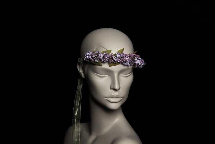 Wicked; oyuncu İpek Yaylacıoğlu'nun  tasarımlarından oluşan bir markadır. Her ürün tamamen el işi ve tek adet üretilmektedir.  Sümbül Çiçekler Gelin Tacı; doğal dallar, ithal yapay mor sümbül çiçekler ve ithal yapay yapraklar kullanılarak tek adet üretilmiştir. Kurdele ile saça sabitlenir. Standart boydur. İstenilen şekilde kullanılabilir.   Kır ve bohem düğünler için idealdir. Yıkanmaz.