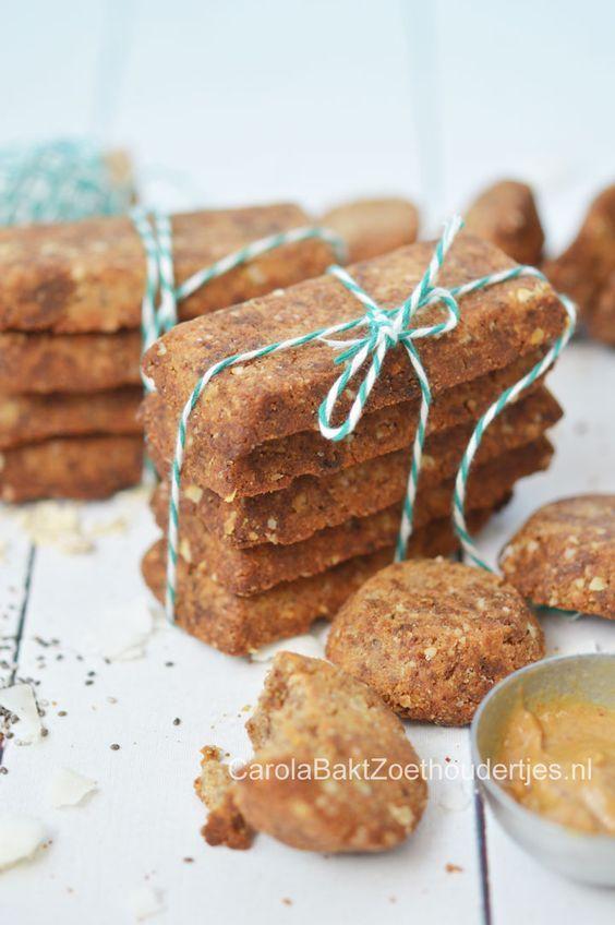 Gezonde notenkoekjes met havermout, kokosolie en chiazaden on the go Healty cookies with paste of nuts, chiaseed and oats.