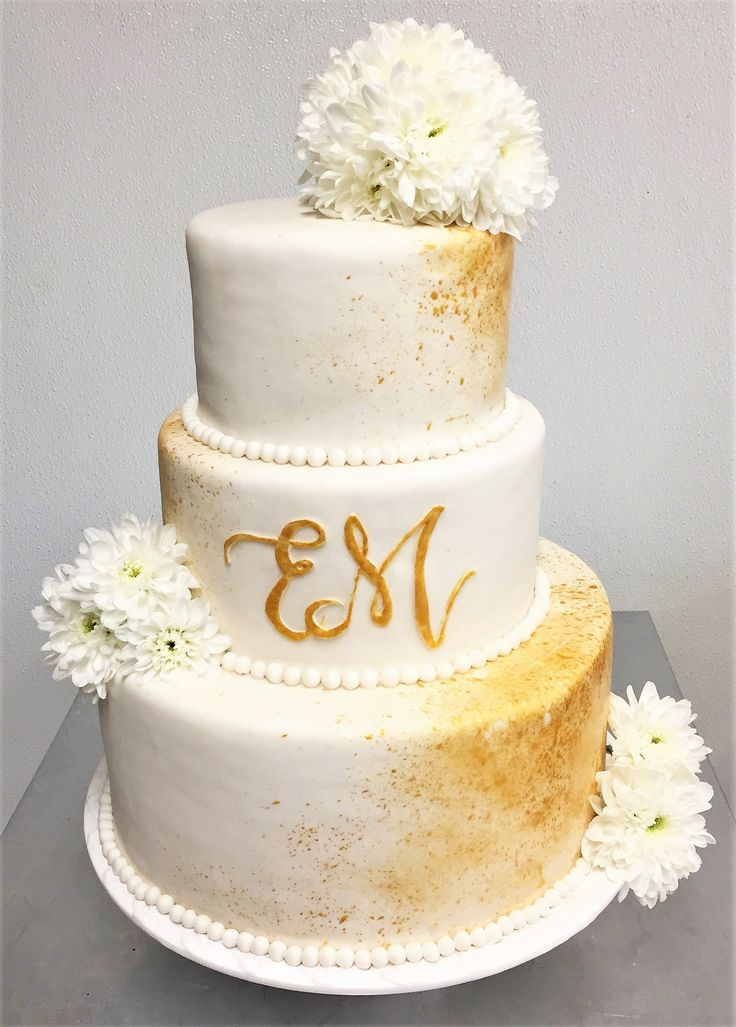 Wedding cakes can be simple and elegant with a touch of gold originality! #yannpins