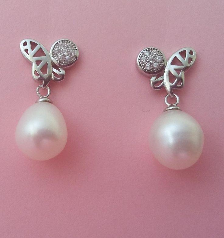Pendientes de plata con perlas ovaladas de 7 mm y dibujo en forma de mariposa. Sencillos y cómodos. Aptos para niñas. Largo 2 cm. 21,90€